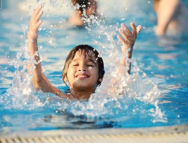 Nước ở các bể bơi là tác nhân gây bệnh đau mắt đỏ: Việc cần thiết cha mẹ phải làm để phòng bệnh cho con khi đi bơi
